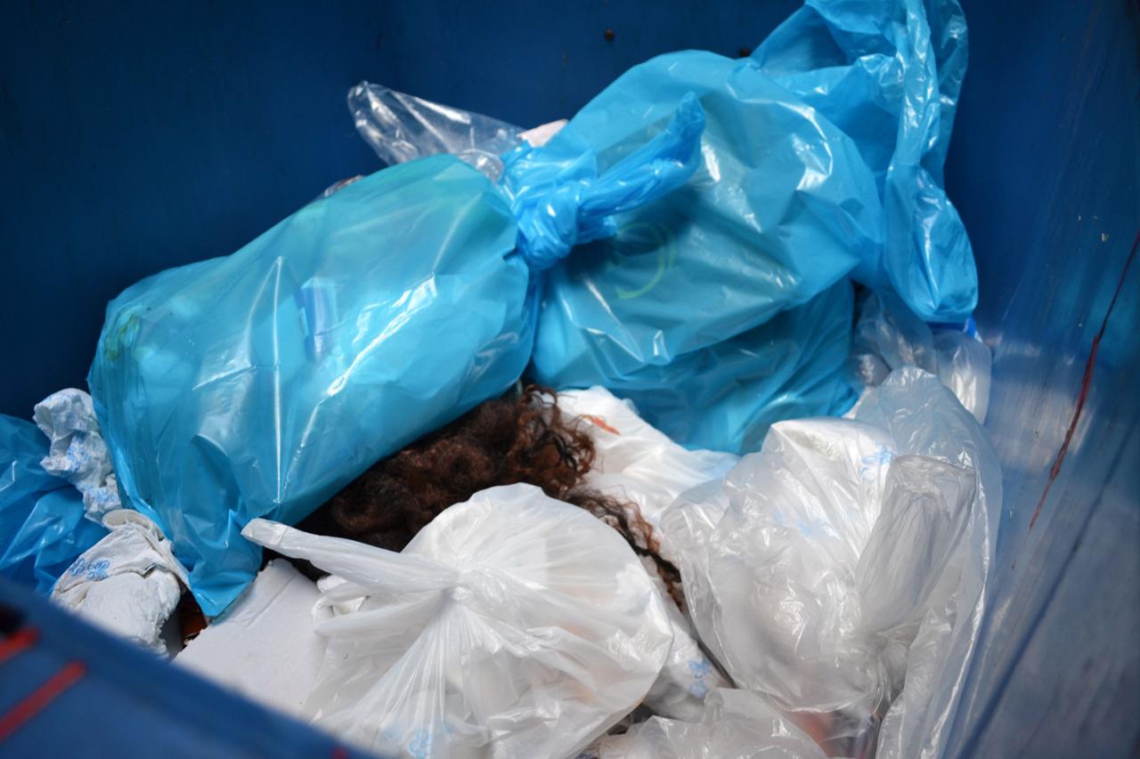 Haare In Der Mülltonne