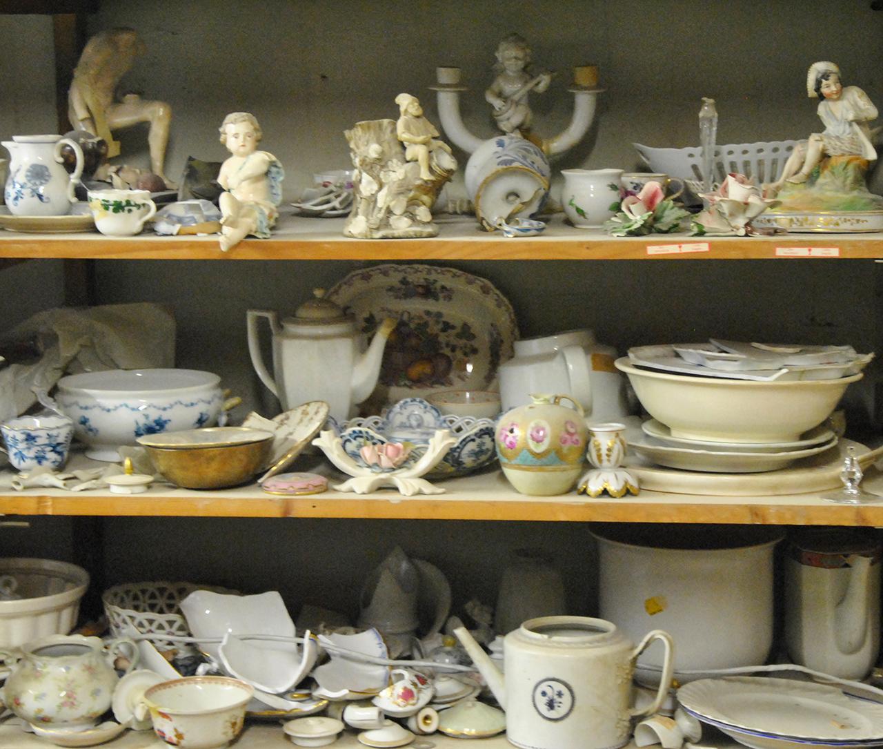 In der Werkstatt gibt es zahlreiche Porzellanschätze