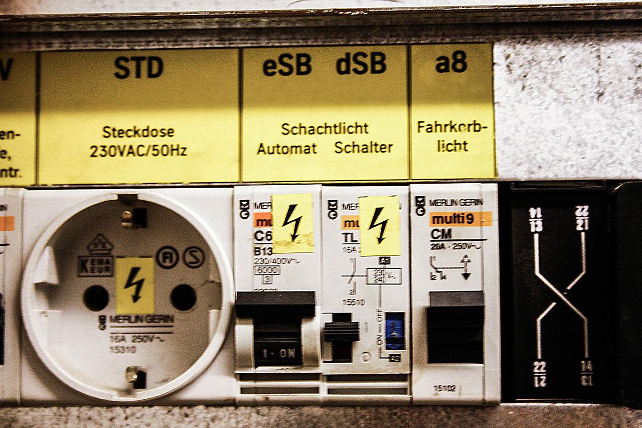 Lichtschalter für einen Aufzugsschacht